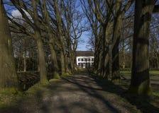 Hus på slutet av vägen Arkivbild
