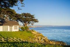 Hus på Stilla havetkusten på en solig afton Arkivfoto