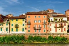 Hus på strand av den Adige floden på den historiska mitten av Verona Arkivbild
