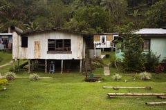Hus på styltor i byn, Fiji Royaltyfria Bilder