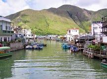Hus på styltor längs kanalen i fiskelägeTai-nollan i Hong Kong arkivfoto
