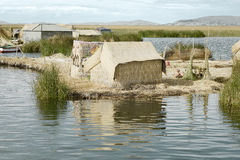 Hus på Uros Floating Islands som göras av tortora, rusar Royaltyfria Bilder