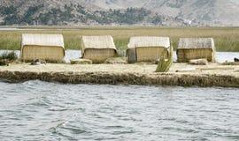 Hus på Uros Floating Islands som göras av tortora, rusar Arkivfoton