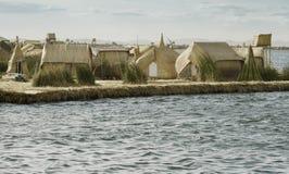 Hus på Uros Floating Islands som göras av tortora, rusar Royaltyfri Bild