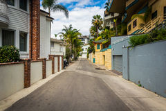 Hus på väggränd i Corona del Mar Arkivbild
