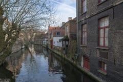 Hus på vattnet, Bruges, Belgien Arkivfoto