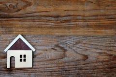 Hus på wood bakgrund Arkivbilder