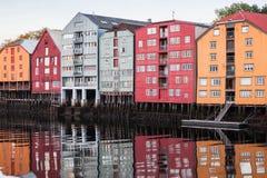 Hus på flodkusten Trondheim, Norge royaltyfria foton
