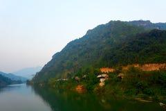 Hus p? Nam Ou River i Nong Khiaw, Laos royaltyfri fotografi