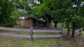 Hus p? straff?ngeslingan eller stor nordlig v?g mellan Bucketty och St Albans, NSW, Australien royaltyfri bild