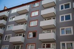 Hus rad av hus i Munich, blå himmel Arkivfoton
