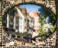 Hus reflekterade i floden under bron - Nuremberg, Tyskland Fotografering för Bildbyråer