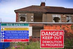 Hus som är klara att demoleras med säkerhetsmeddelanden Royaltyfria Bilder