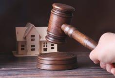 Hus som är till salu, auktionhammare, symbol av myndighet och miniatyrhus Rättssalbegrepp Arkivbild
