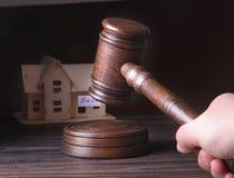 Hus som är till salu, auktionhammare, symbol av myndighet och miniatyrhus Rättssalbegrepp Fotografering för Bildbyråer
