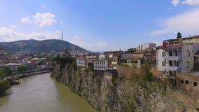 Hus som byggs på klippan av Kura River, Tbilisi, risk av kollapsen, flyg- sikt arkivfilmer