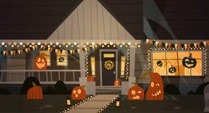 Hus som dekoreras för hem- byggnad Front View With Different Pumpkins, begrepp för allhelgonaafton för slagträferieberöm Arkivbilder