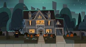 Hus som dekoreras för hem- byggnad Front View With Different Pumpkins, begrepp för allhelgonaafton för slagträferieberöm Arkivfoton