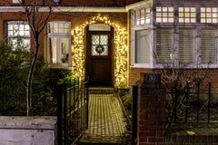 Hus som dekoreras för jul i London arkivbild