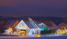 Hus som dekoreras med jullampor Royaltyfria Bilder