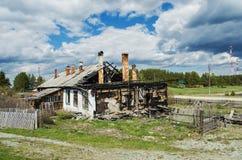 Hus som förstörs av brand Royaltyfri Foto
