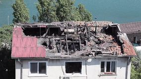 Hus som förstörs av brand stock video