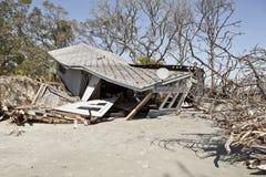 Hus som förstörs av floden Arkivfoton