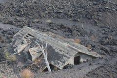 Hus som förstörs av utbrott på den etna vulkan Arkivfoto