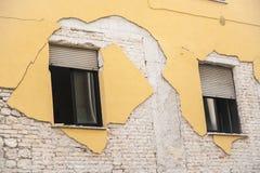 Hus som förstörs efter jordskalvet i L'Aquila Arkivbild