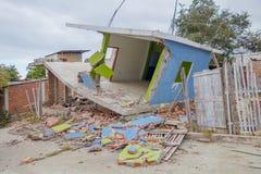 Hus som förstörs vid April 16Th, 2016 under jordskalvet som mäter 7 8 på den Richter skalan, Sydamerika, Manta Royaltyfri Fotografi