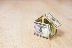 Hus som göras av dollarräkningar Royaltyfri Bild