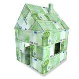 Hus som göras av 100 euroräkningar Arkivfoton