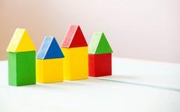 Hus som göras av gamla kuber Träfärgrika byggnadskvarter Tappningbarns leksaker begreppet av byggande av ett hus, lägenheter för Arkivbilder