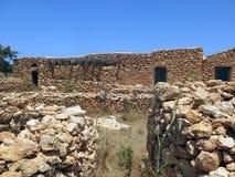 Hus som göras av stenen i Lampedusa royaltyfri bild