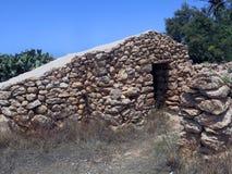 Hus som göras av stenen i Lampedusa arkivbilder