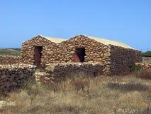 Hus som göras av stenen i Lampedusa royaltyfria bilder