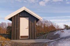 Hus som göras av trä, målad svart Arkivbilder