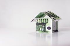 Hus som göras från 100 eurosedlar Arkivbild