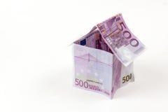 Hus som göras med 500 eurosedlar Arkivbilder