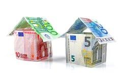 Hus som göras av isolerade europengar på vit Royaltyfria Bilder