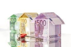 Hus som göras av 500, 200 och 100 eurosedlar Arkivfoton