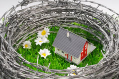 Hus som omges, av försett med en hulling - tråd Royaltyfri Bild