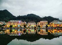 Hus som reflekterar på vatten Royaltyfri Foto