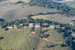 Hus som sätta sig på en brant kulle, Monterey halvö, Kalifornien royaltyfri bild