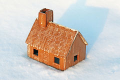 Hus som täckas av insnöat byn Arkivfoton