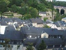 Hus taklägger i huvudstad av LUXEMBOURG, historisk del av staden Arkivbilder