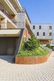 Hus Trädgård som inskrivas i arkitekturen landskap arkivfoto