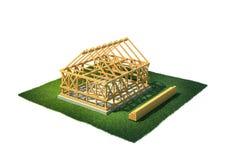 Hus under konstruktion i bygd Arkivbilder