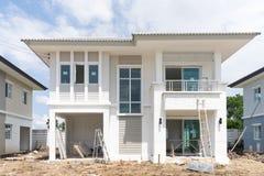 Hus under konstruktion med konstruktionsutrustning Arkivbild