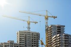 Hus under konstruktion på bakgrunden av blå himmel Arkivfoton